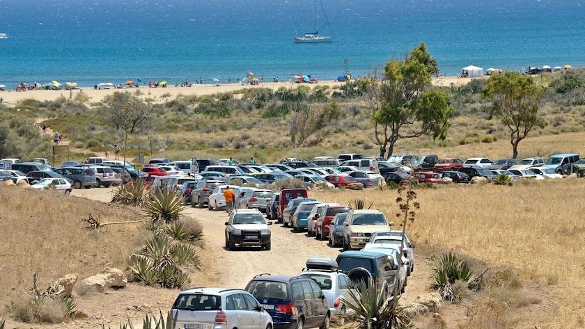 Las playas de acceso limitado de Cabo de Gata contabilizan mil vehículos menos.
