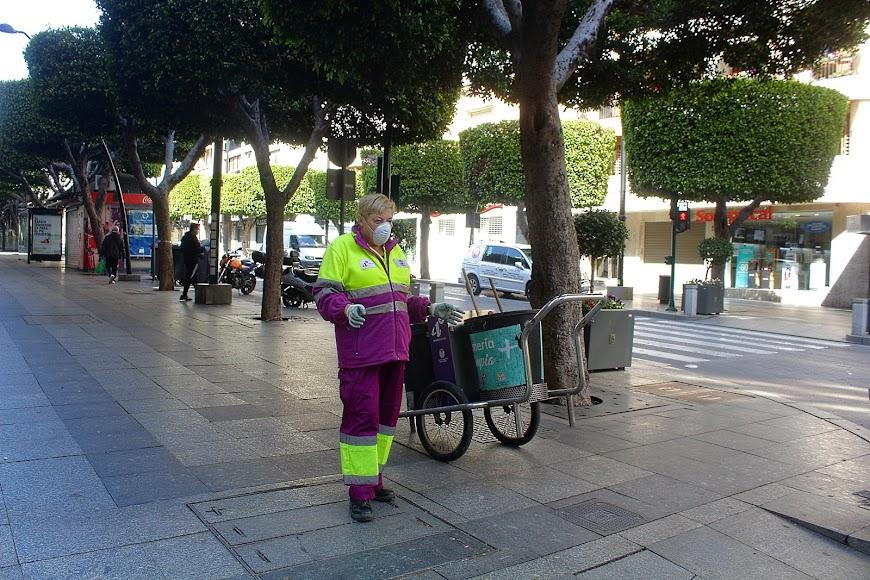 Barrendera con la protección de mascarillas limpiando el Paseo de Almería.