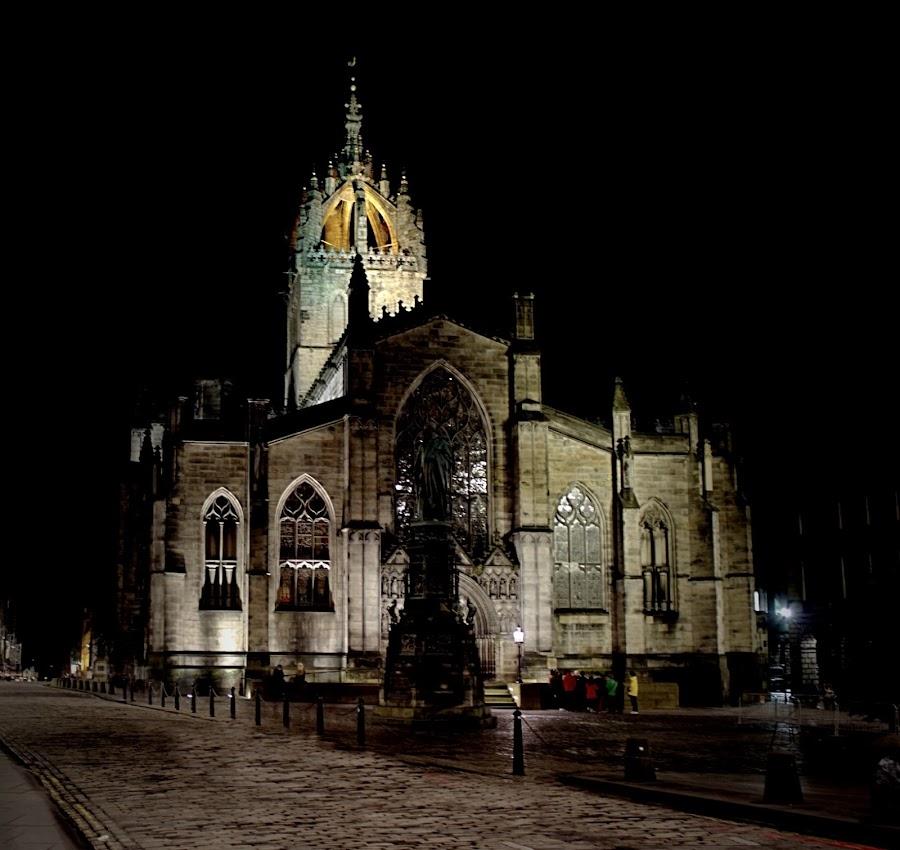 Edinburghs St Giles at night by Rick Allardice - Novices Only Street & Candid
