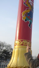 "Photo: +Tsering Woeser姐的:) 09年在天安门广场,对着56根""民族团结柱""中的""藏族柱"",做了这个手势 #七一草泥马节"