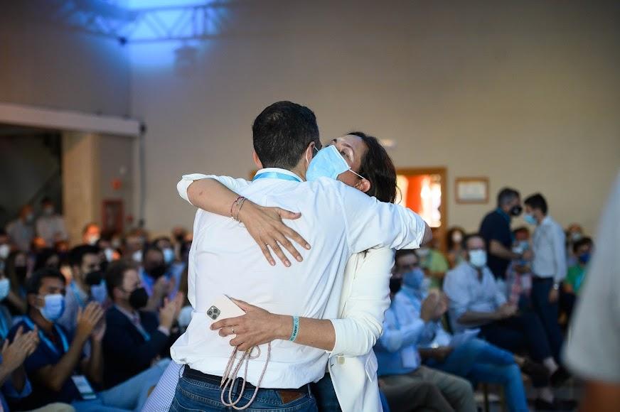 Loles López y Javier Aureliano García se funden en un abrazo.