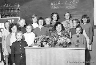 Photo: Skolan 1955 slöjdflickorna. Övre rad fr v, Vanja Andersson, Barbro Eriksson, Gunnel Källgren, Evy Wassberg, Chatarina Jansson, Inger Carlsson, Elsie Hellqvist g. Asserholt Mitten fr v, Ingrid Andersson g. Södergren, Birgitta Jansson g. Bäckström, Irene Östlund, Linnea Noren lärarinna, Birgitta Berglund, Sigbritt Johansson Längst fram, Gun-Britt Karlsson