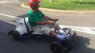Uno de los asistentes al volante en el circuito del Parque Infantil de Tráfico.