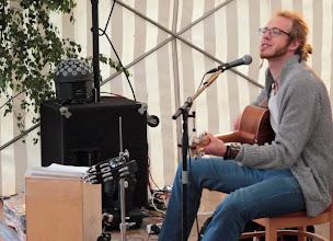 Photo: Großensee-Fest 2014. Sänger und Gitarrist Andé Weisskeller unterhielt im Nachmittagsprogramm.