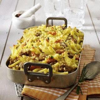 Makkaroni-Bratwurst-Auflauf mit Möhren und Champignons