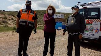 Antonio González hace entrega a la alcaldesa de Garrucha y al Jefe de Protección Civil de 700 mascarillas confeccionadas por la hermandad.