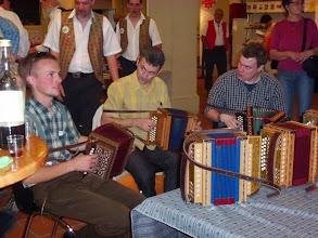 Photo: Musikanten beim ausprobieren verschiedener Örgeli im Haus der Musik