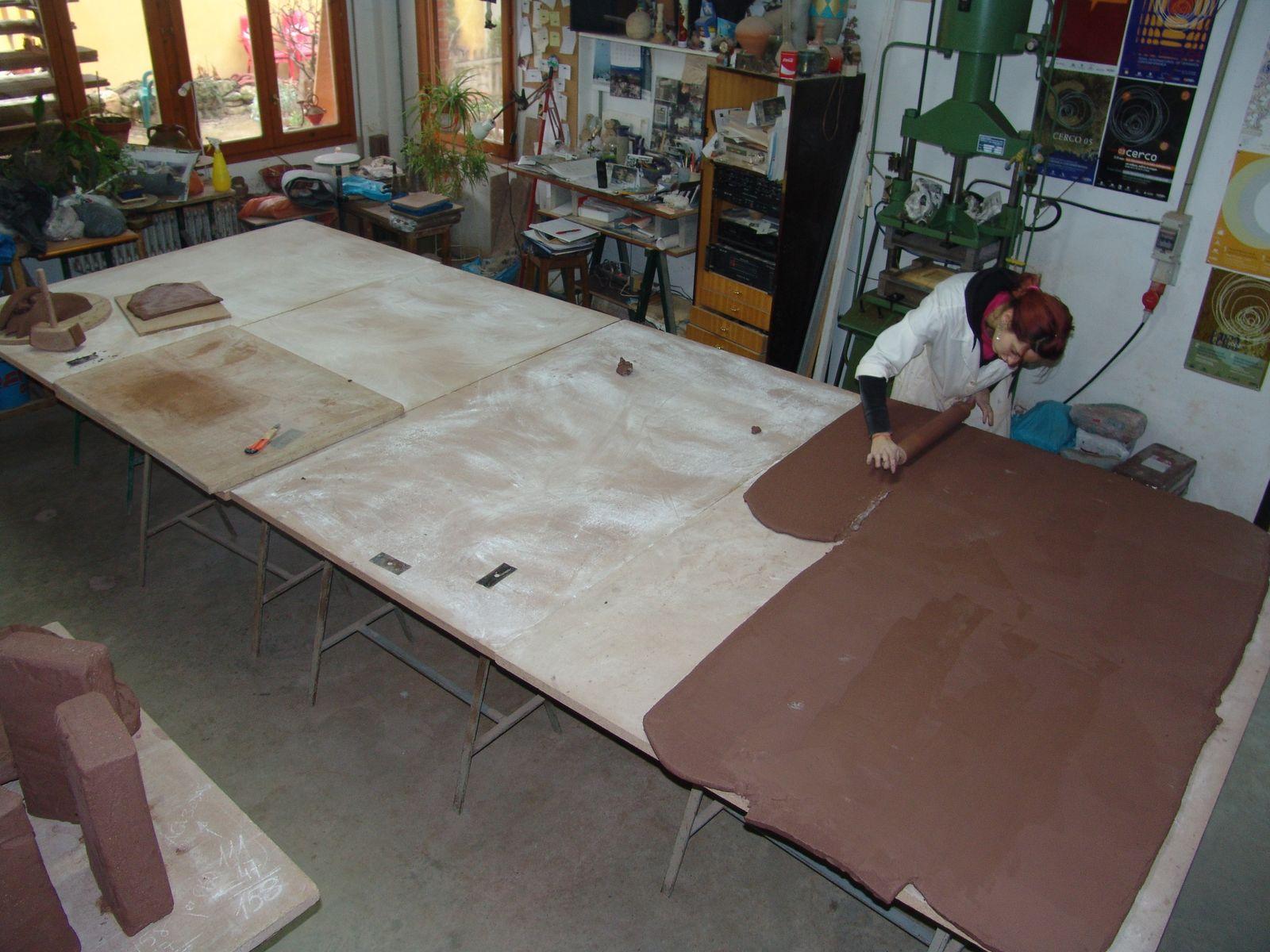 Photo: Añadiendo planchas de arcilla.