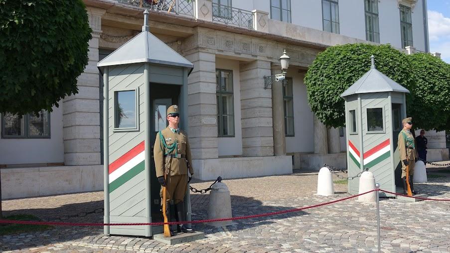 在布達城堡旁邊就是匈牙利的總統府,但保安配置只有這樣,兩個衛兵、幾個便衣,不像我們還有拒馬(死)