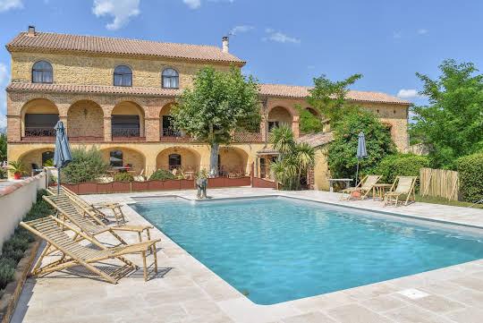 Bien atypique avec terrasse et piscine