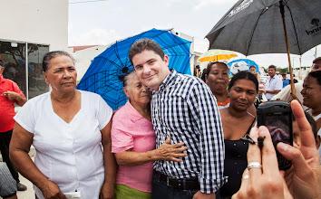 Photo: El Ministro de Vivienda, Luis Felipe Henao, junto a otra de las felices beneficiarias con una casa gratis en Soledad.
