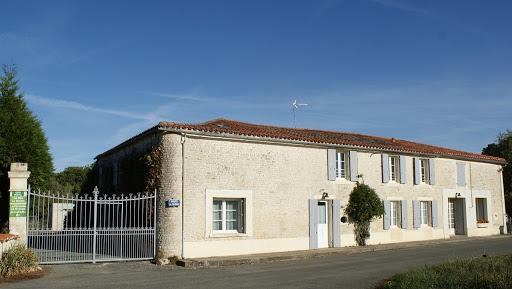 Le Relais gite 3 étoiles 6 à 7 personnes Les Grandes Chaumes  à Surgères facade rénovée jardin clos.jpg