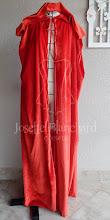 Photo: Capa estilo medieval com capuz longo, largura dupla ( 3 metros de largura) em veludo cristal vermelho vivo. A partir de R$ 200,00.