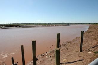 Photo: Der Petitcotiac River in Moncton bei Ebbe kurz vor der Flut