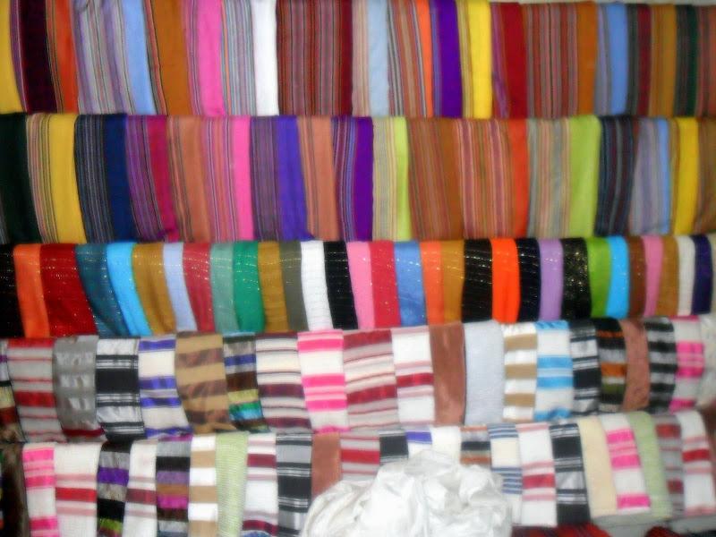 il pieno di tessuti nella Medina di Barbara