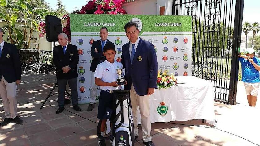 Arián Rodríguez recibiendo su premio.