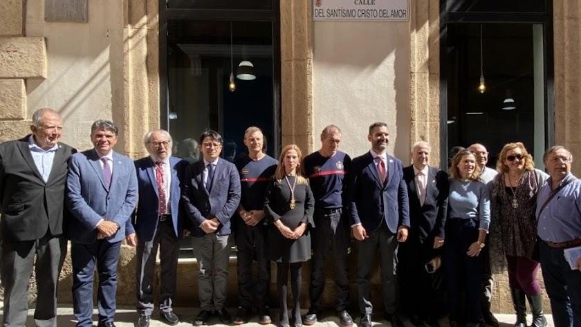 Miembros de la corporación municipal y de la hermandad del Amor durante el acto de descubrimiento de la placa de la calle del Cristo del Amor.