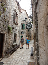 Photo: De nauwe middeleeuwse steegjes in Stari Grad