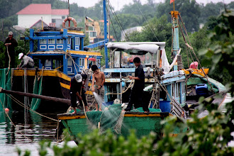 Photo: Year 2 Day 23 - Cleaning the Boat at Phan Thiet Harbour