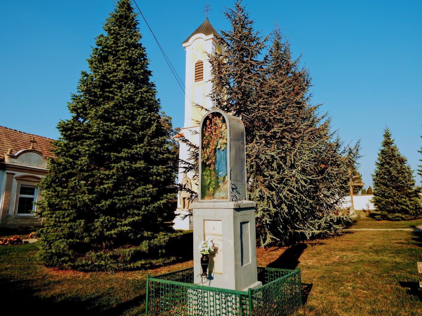 Simaság - Boldogasszony-szobor a templomkertben