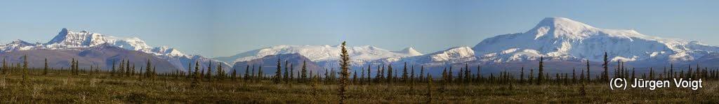 Photo: Nabesna Road. Mount Sanford ist ein Schildvulkan in den Wrangell Mountains in Alaska. Mit 4949 m ist es der zweithöchste Gipfel der Bergkette und der dritthöchste Vulkan in den Vereinigten Staaten.