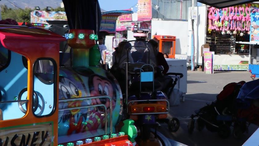 Una familia disfruta de las atraccioes en la Feria de Balerma