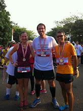 Photo: En la línea de meta me encontré con Rebeka y con Rulli, a los que conocía de correr con ellos en mayo en la Universidad de Indonesia en Depok. Son los organizadores de Jakarta Running Meetup.
