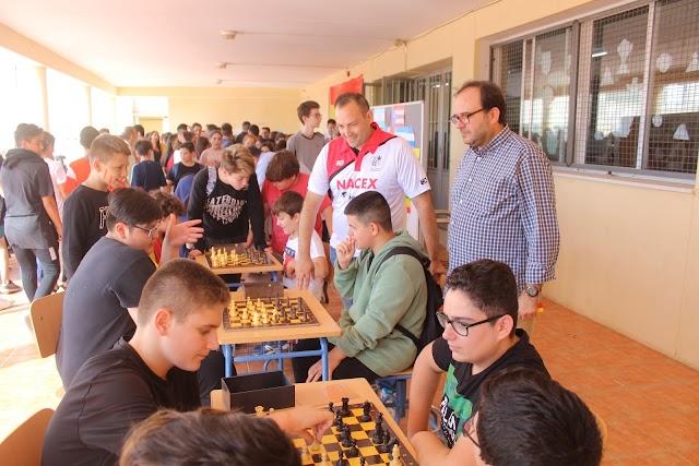 El secretario del IES El Alquián y el representante del Club Indalo en el campeonato de ajedrez.