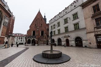 Photo: Szent Borbála-templom és a Diákok emlékműve
