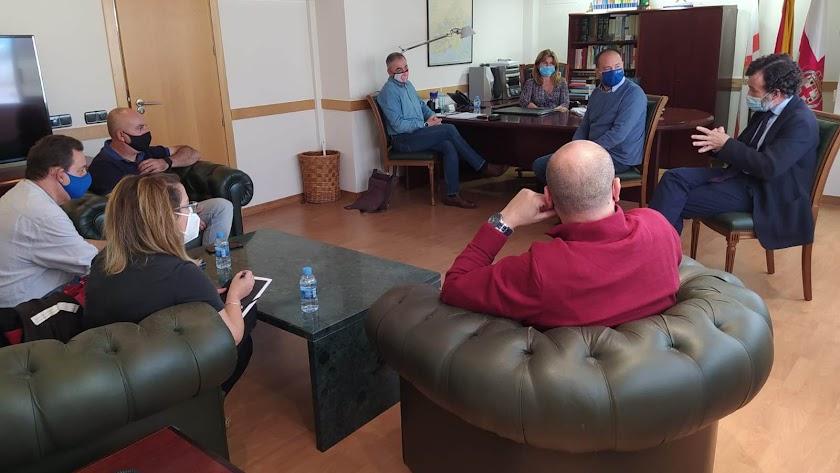En la reunión se ha analizado la situación de los trabajadores tras el cierre.
