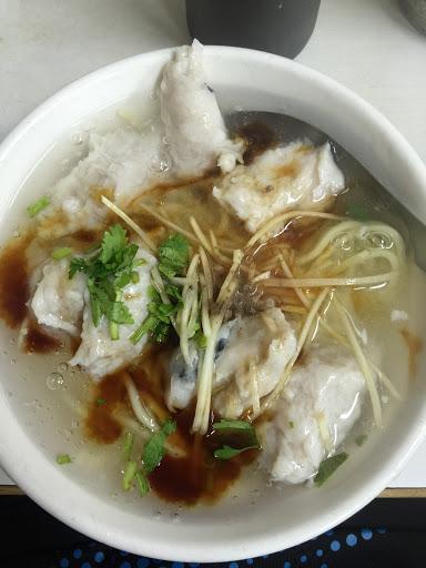 雖然是下雨天,但還是滿滿的客人~ 第一次吃到「魚羹」真是太深得我心了! 雖然弟弟說有點甜,但還是建議醋可以加多點會變得更美味唷(^ν^)