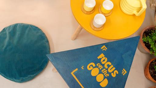 personnalisation de plateau de table en béton couleur bleu canard et jaune moutarde