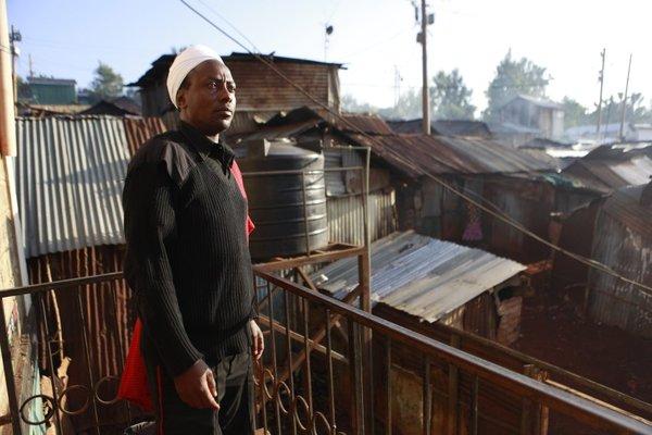 Мванги многого добился. У него есть своя двухэтажная хижина в трущобах, мотоцикл, купленный в кредит, достаточно денег, чтобы заплатить за свет, телевизор, а его дети ходят в платную среднюю школу.