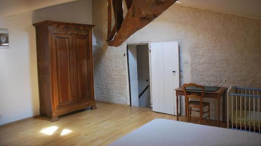 Le Relais : chambre double avec une armoire, un lit bébé et beaucoup d'espace