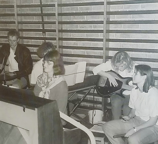 Signy Jensen bag klaveret for et elevband