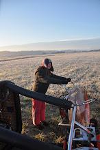 Photo: Noémie tiens le ventilateur pour le gonflage au sol