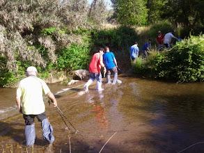 Photo: Cruzando el Isuela con bolsas en los pies