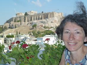 Photo: L'Acropole et la Déesse sur la terrasse de l'Hôtel Athens Gate