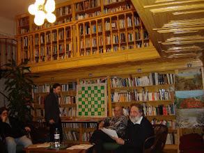 Photo: Árpás Károly (jobbról) ad elő most munkában levő történelmi regényéből egy sakkjátszma részletet a királyok korából. A sakkfigurákat Diószegi Szabó Pál mozgatja Árpás Károly intenciói szerint.