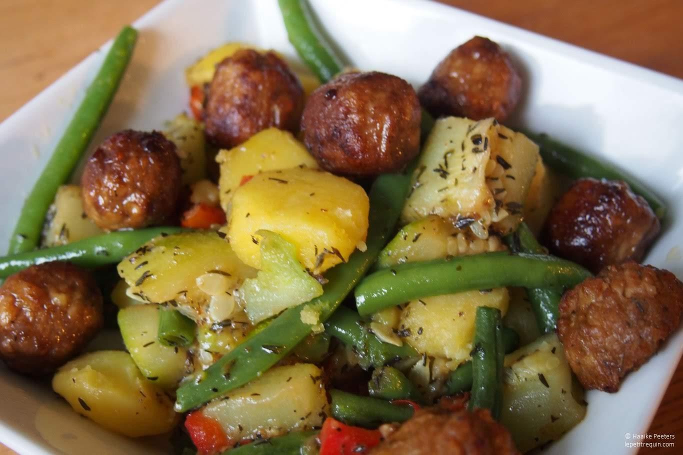 Aardappelen met boontjes, paprika, courgette en vegetarische balletjes (Le petit requin)