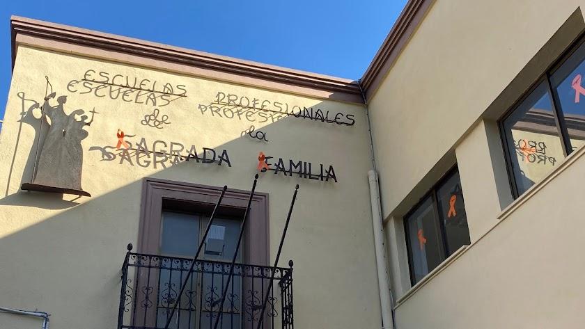 Fachada de la SAFA Almería, con lazos naranjas, en contra de la Ley Celaá.