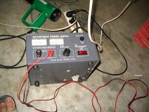 Photo: Conecto los 12 voltios a una fuente de alimentación.