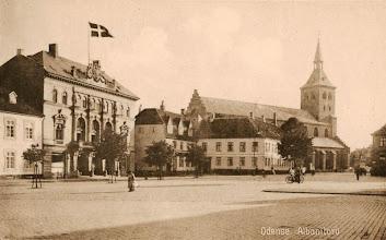 Photo: Industripalæet (med flag) i Odense var stedet, hvor Odense Roklub blev stiftet i 1904. Det blev også stedet, hvor en del af støtteforeningens møder i 1930-erne blev afholdt.