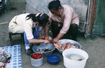 Photo: 03186 ブルド/ハスバータルイ家/料理のため、羊内臓をきれいにする