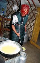 Photo: 03167 ブルド/ハスバータルイ家/シャル・トス(乳製品)作り/ウルムを弱火で煮ると、液体のシャル・トスと残りのツァガーン・トスができる。
