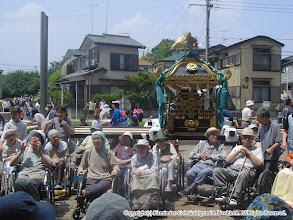 Photo: 【平成16年(2004) 本宮】 本久地区、コスモスセンターを慰問。神輿をバックに記念撮影。