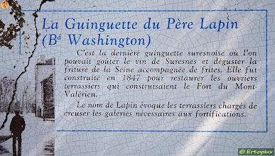 """Photo: """"Au père lapin"""" jest ostatnią guinguette (zob. Wiki ang) w Suresnes powstałą w 1847 r. u podnóża Mont Valérien dla robotników pracujących przy budowie fortu. Królik w nazwie odnosił się do drążenia przez nich fortyfikacyjnych korytarzy."""