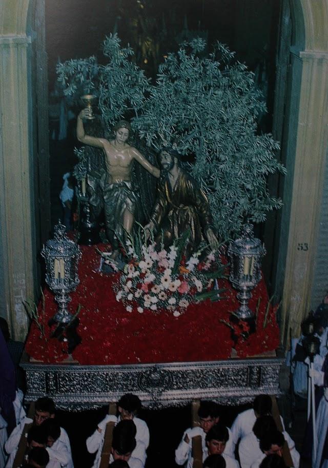 Salida del paso de Nuestro Padre Jesús de la Oración, Hermandad del Silencio, en la década de los años 80 del pasado siglo.