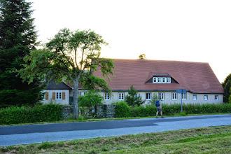 """Photo: In einem der kleinsten Mittelgebirge Europas, im südöstlichsten Zipfel Sachsens, findet man den wohl schönsten Teil der Oberlausitz - das Zittauer Gebirge. Hier eröffnet sich eine wahre Schatztruhe lebendiger Volkskultur und einer Gebirgslandschaft voller Romantik und Schönheit mit der Burg- und Klosteranlage Oybin, einer bizarren Felslandschaft und einem gut ausgeschilderten Wanderwegenetz. Die Jugendherberge Jonsdorf liegt inmitten des Naturparks """"Zittauer Gebirge"""", im Dreiländereck Deutschland - Polen - Tschechien in einem für die Region so typischen Umgebindehaus. Allein diese Tatsache ist europaweit einzigartig.Schon im näheren Umfeld der Jugendherberge, rund um den Luftkurort Jonsdorf bieten sich zahlreiche Möglichkeiten für eine spannende Freizeitgestaltung. So locken unter anderem ein Allwetterbad mit Saunalandschaft, Sommerrodelbahn, Tierpark, eine Eissporthalle oder das größte Schmetterlingshaus Sachsens mit Reptilienschau und Meeresaquarium. Wintersportler finden gespurte Loipen direkt ab der Jugendherberge."""