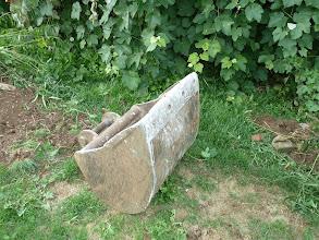Photo: Baggereinzelnteile im Garten verteilt